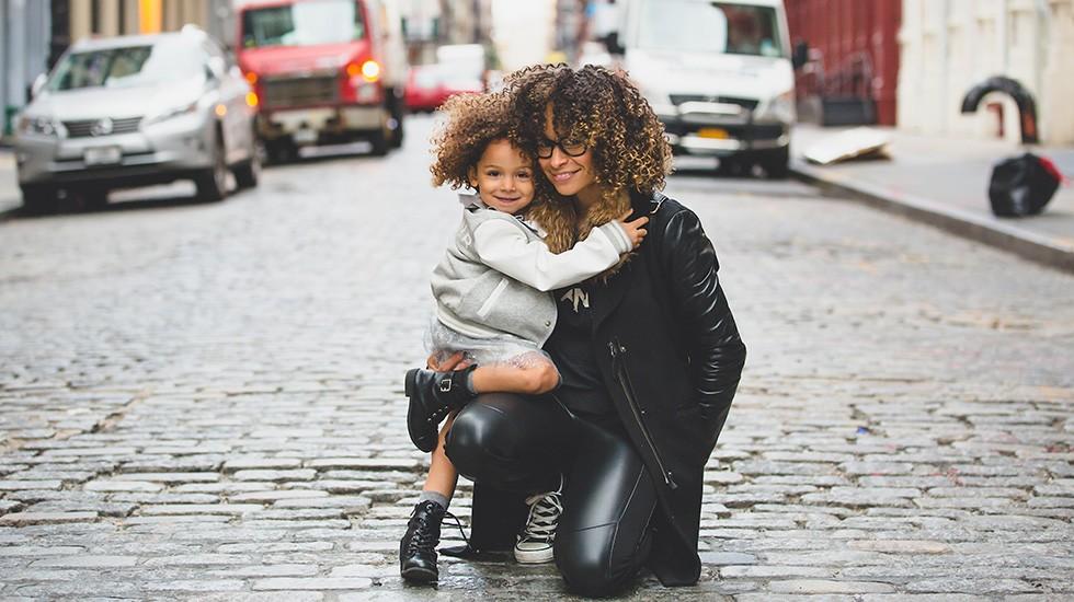 mom-girl-street